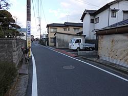 6.電柱の向かい右側の細い道を進む